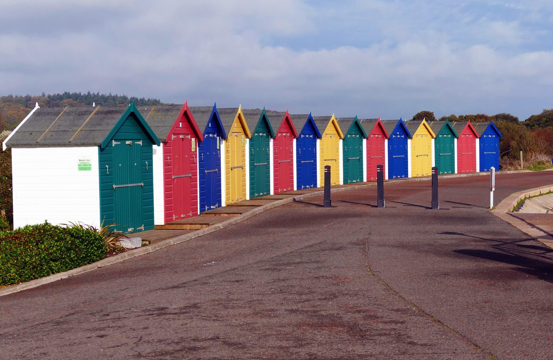 beach-huts-1021103_1920